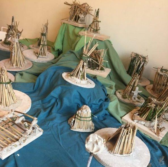Door de kinderen gebouwde huisjes van riet en takken